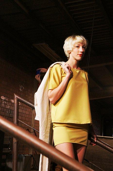 SOFA gelbe Frau